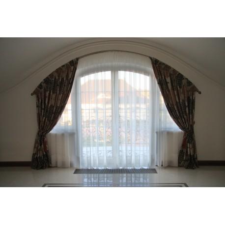 firana i zasłony na okrągłe okno w holu