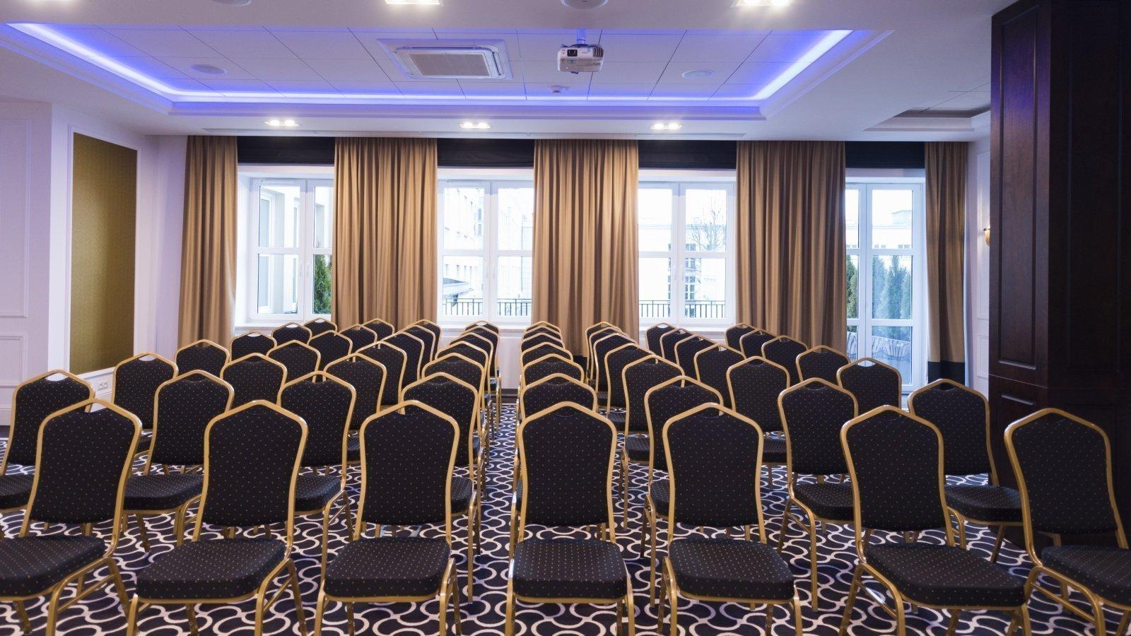 rolety rzymskie elektryczne w sali konferencyjnej